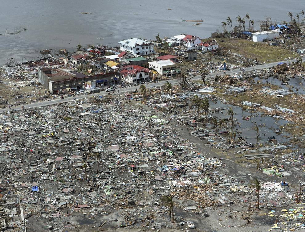 Fotografie aeriană ce arată case distruse din oraşul Tacloban, provincia Leyte, în centrul Filipine, la patru zile după  trecerea  super-taifunului Haiyan, luni, 11 noiembrie 2013.