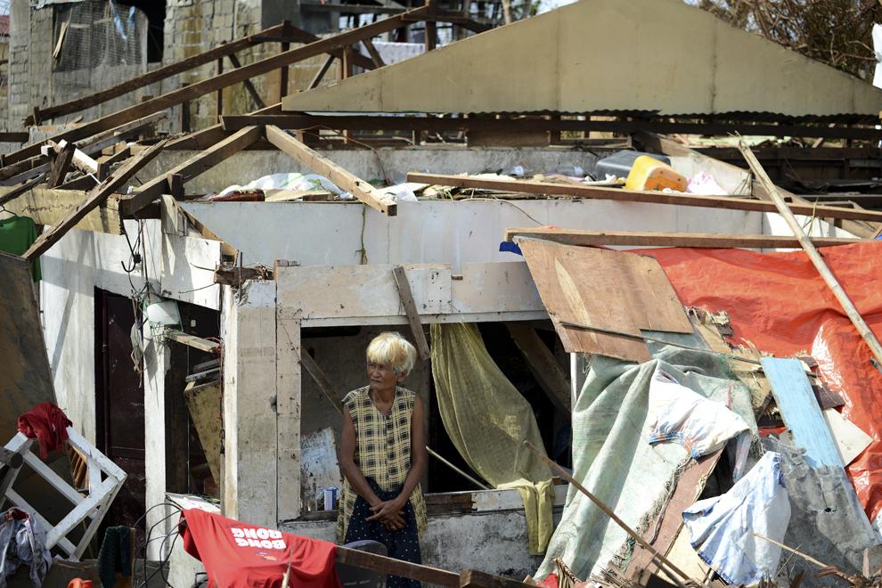 O supravieţuitoare priveşte dintre resturile unei case distruse de taifunul Haiyan, în Tacloban, în estul insulei Leyte, luni, 11 noiembrie 2013.
