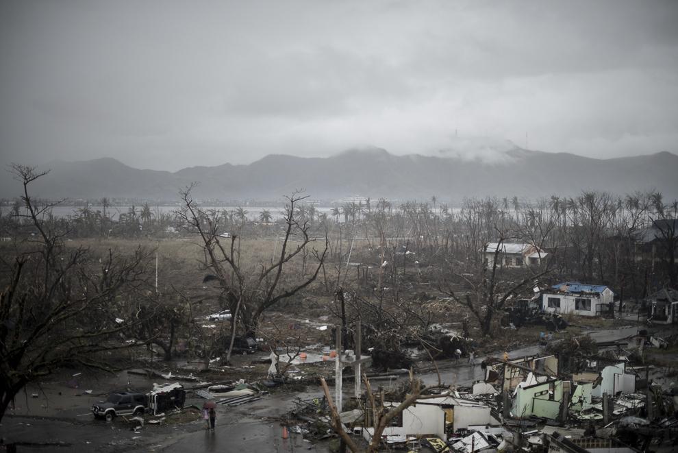 Imagine cu o zonă devastată de taifunul Haiyan, lângă aeroportul din Tacloban, Filipine, marţi, 12 noiembrie 2013.