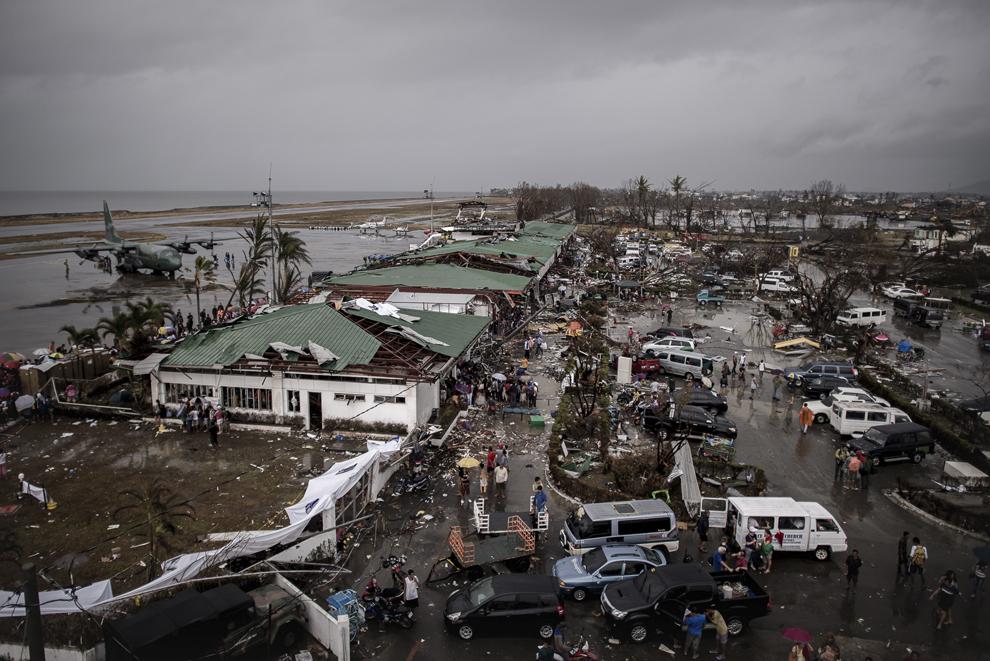 O imagine  de ansamblu surprinsă din turnul de control deteriorat al aeroportului arată operaţiunile de evacuare în Tacloban, în estul insulei Leyte, marţi, 12 noiembrie 2013.