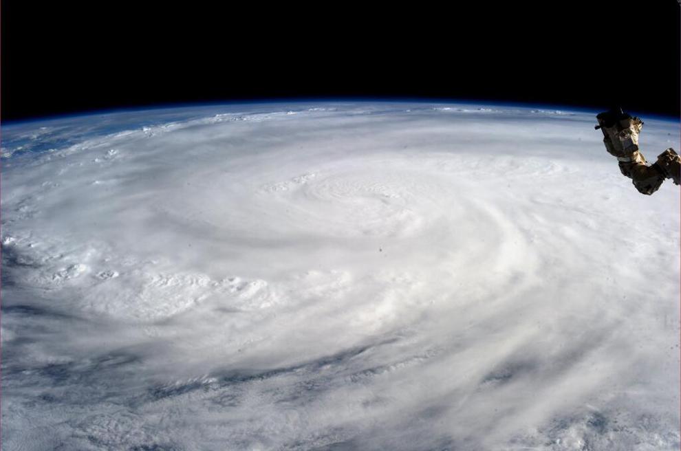 O fotografie realizată de astronautul Karen L. Nyberg şi oferită de NASA, arată super-taifunul Haiyan văzut de pe Staţia Internaţională Spaţială, sâmbătă, 9 noiembrie 2013.