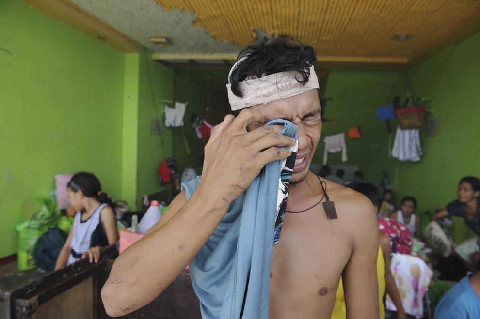Un bărbat ce a supravieţuit super-taifunului Haiyan plânge într-un centru pentru evacuaţi, în Tacloban, provincia Leyte, Filipine, duminică, 10 noiembrie 2013.