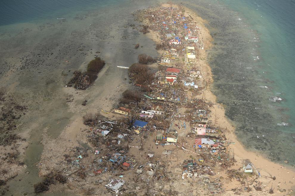 Fotografie aeriană ce arată case distruse pe insula Victory, în apropiere de oraşul Guiuan, în provincia Samar, Filipine, luni, 11 noiembrie 2013.