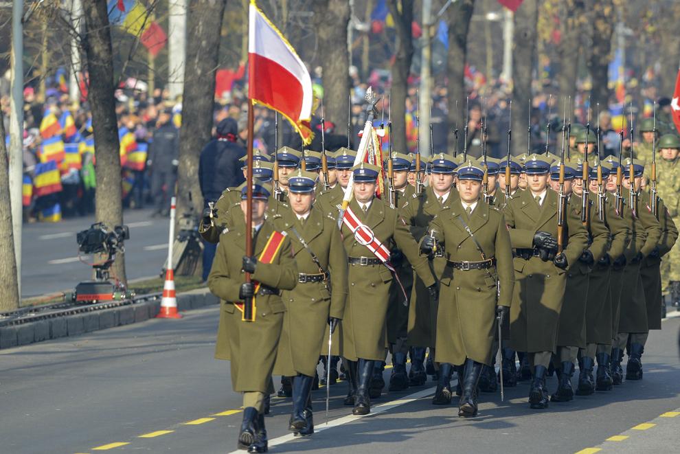 Militari polonezi defilează în timpul paradei militare organizate la Arcul de Triumf, cu ocazia Zilei Naţionale a României, duminică, 1 decembrie 2013.