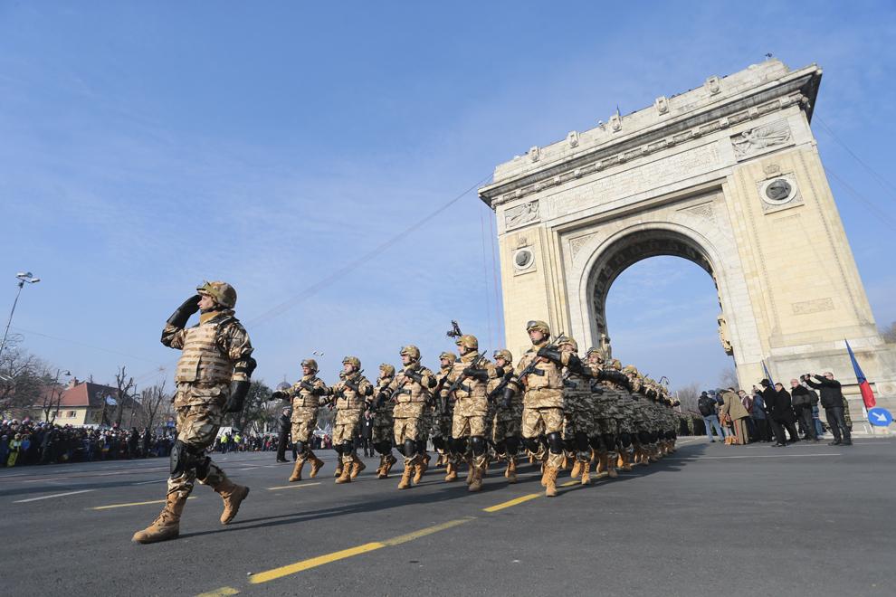 Militari participă la parada militară organizată cu ocazia Zilei Naţionale a României, în Bucureşti, duminică, 1 decembrie 2013.