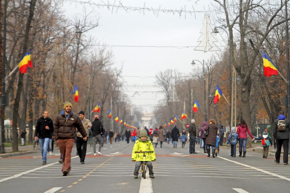 Persoane se plimbă pe bulevardul Pavel Kiseleff, după parada militară organizată cu ocazia Zilei Naţionale a României, în Bucureşti, duminică, 1 decembrie 2013.