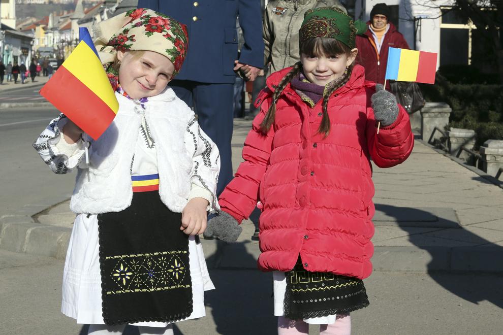Două fetiţe pozează, cu ocazia Zilei Naţionale a României, în Turda, duminică, 1 decembrie 2013.