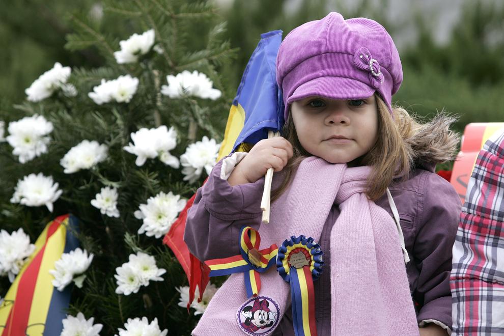 Un copil participă la parada organizată cu ocazia Zilei Naţionale a României, în Buftea, duminică, 1 decembrie 2013.