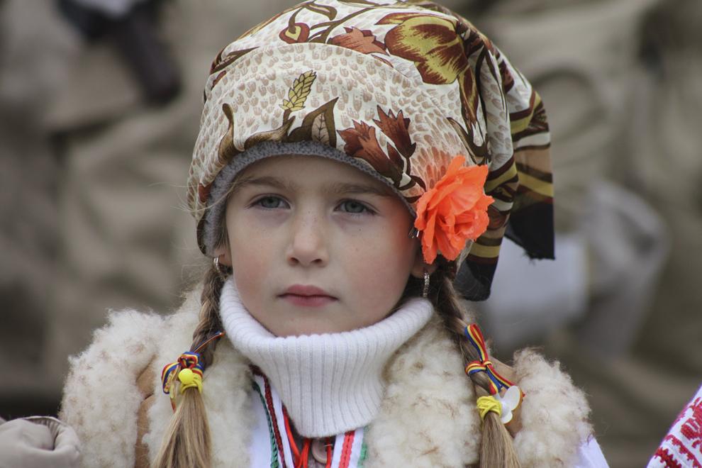 O fetiţă pozează, cu ocazia manifestărilor prilejuite de sărbătorirea Zilei Naţionale a României, în Năvodari, duminică, 1 decembrie 2013.
