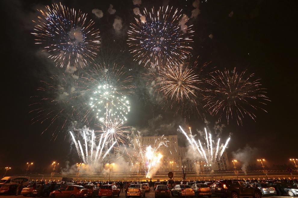 """Persoane asistă la focul de artificii care încheie """"Ziua Porţilor Deschise la Palatul Parlamentului"""", cu ocazia Zilei Naţionale a României, în Bucureşti, duminică, 1 decembrie 2013."""