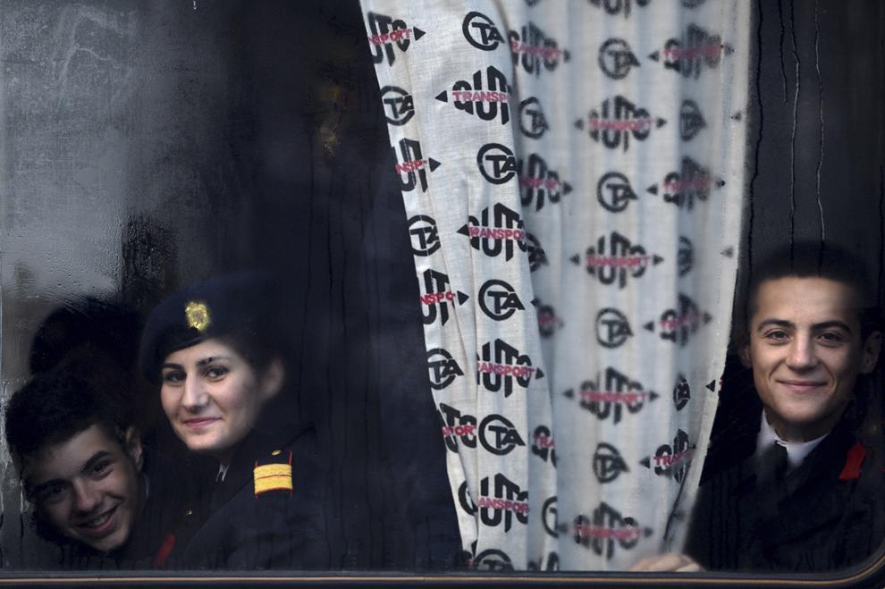 Tineri cadeţi aşteaptă într-un autobuz începerea paradei organizate cu ocazia Zilei Naţionale a României, în Piaţa Arcului de Triumf din Bucureşti, duminică, 1 decembrie 2013.