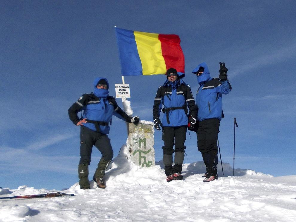 Drapelul naţional este arborat, de Ziua Naţională a României, la cota 2.519 pe Vârful Parângul Mare, de către jandarmii montani hunedoreni, duminică, 1 decembrie 2013.