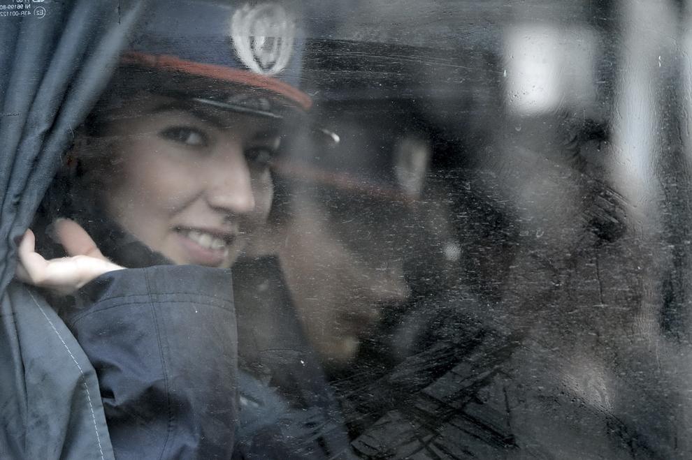 O femeie militar priveşte pe geamul unui autocar, în timpul paradei militare organizate cu ocazia Zilei Naţionale a României, în Bucureşti, duminică, 1 decembrie 2013.