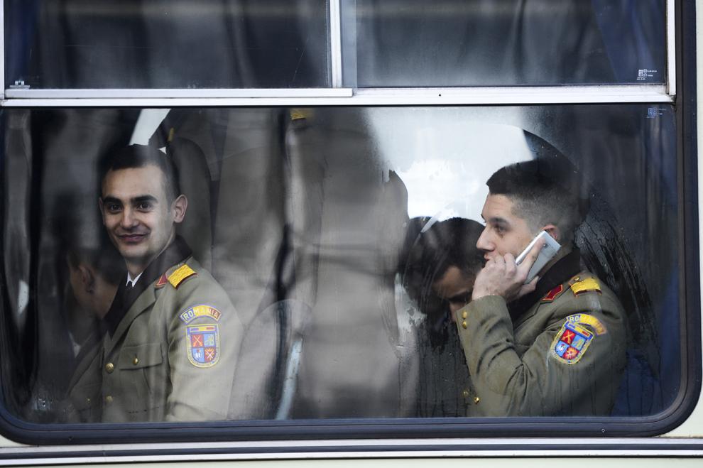 Militari privesc dintr-un autocar, înaintea paradei militare, organizată cu ocazia Zilei Naţionale a României, în Bucureşti, duminică, 1 decembrie 2013.