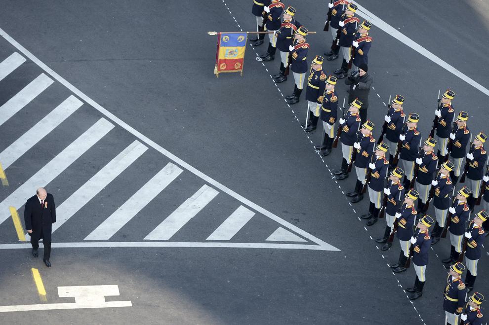 Preşedintele Traian Băsescu trece în revistă Garda de Onoare, cu ocazia Zilei Naţionale a României, în Bucureşti, duminică, 1 decembrie 2013.