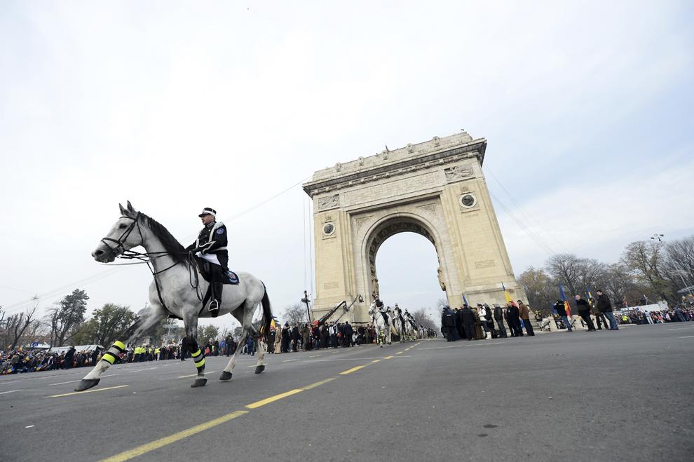 Militari participă la parada militară, organizată cu ocazia Zilei Naţionale a României, în Bucuresti, duminică, 1 decembrie 2013.