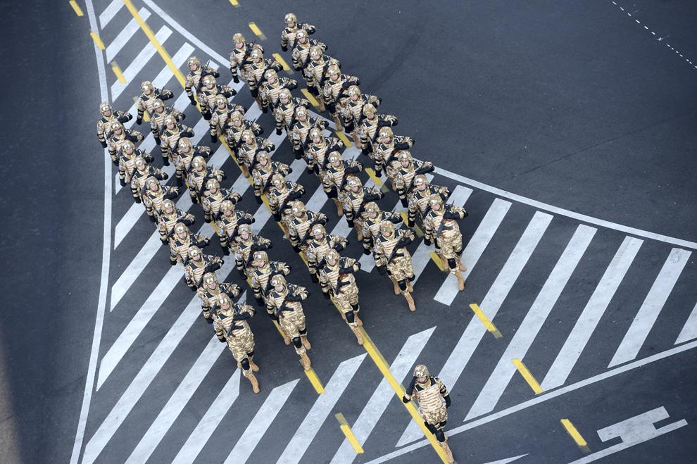 Militari participă la parada militară, organizată cu ocazia Zilei Naţionale a României, în Bucureşti, duminică, 1 decembrie 2013.