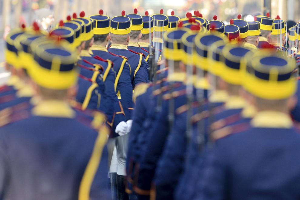 Militari din Garda de Onoare defilează în timpul paradei militare organizate la Arcul de Triumf, cu ocazia Zilei Naţionale a României, duminică, 1 decembrie 2013.