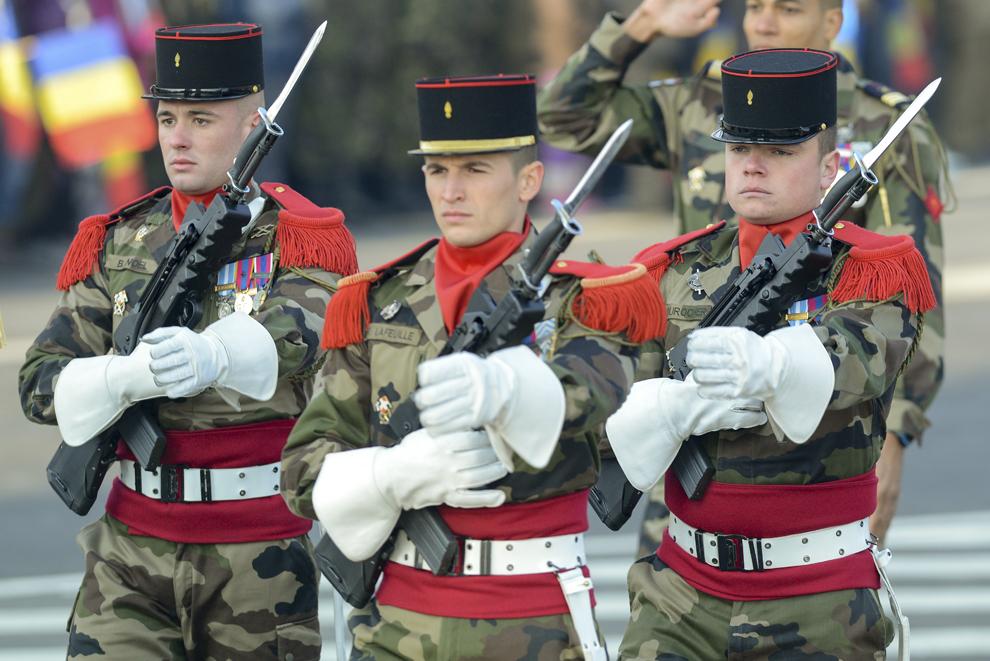 Militari francezi defilează în timpul paradei militare organizate la Arcul de Triumf, cu ocazia Zilei Naţionale a României, duminică, 1 decembrie 2013.