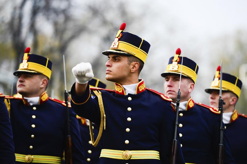 Militari participă la Ziua Naţională a României, în Piaţa Arcului de Triumf din Bucureşti, duminică, 1 decembrie 2013.