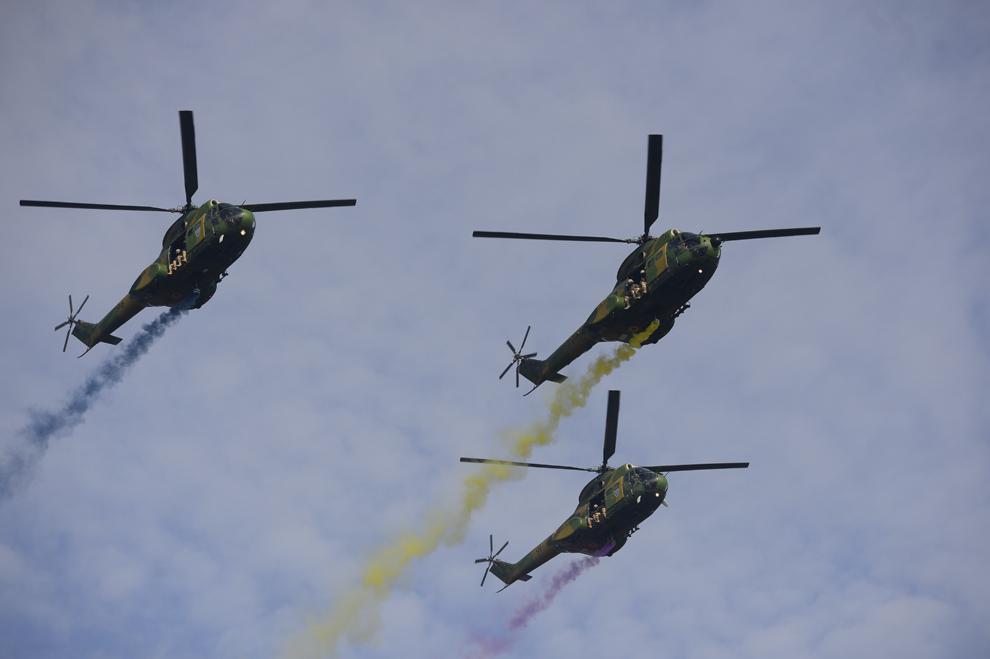 Elicoptere al Armatei Române zboară deasupra Bucureştiului, duminică, 1 decembrie 2013, cu ocazia Zilei Naţionale a României.