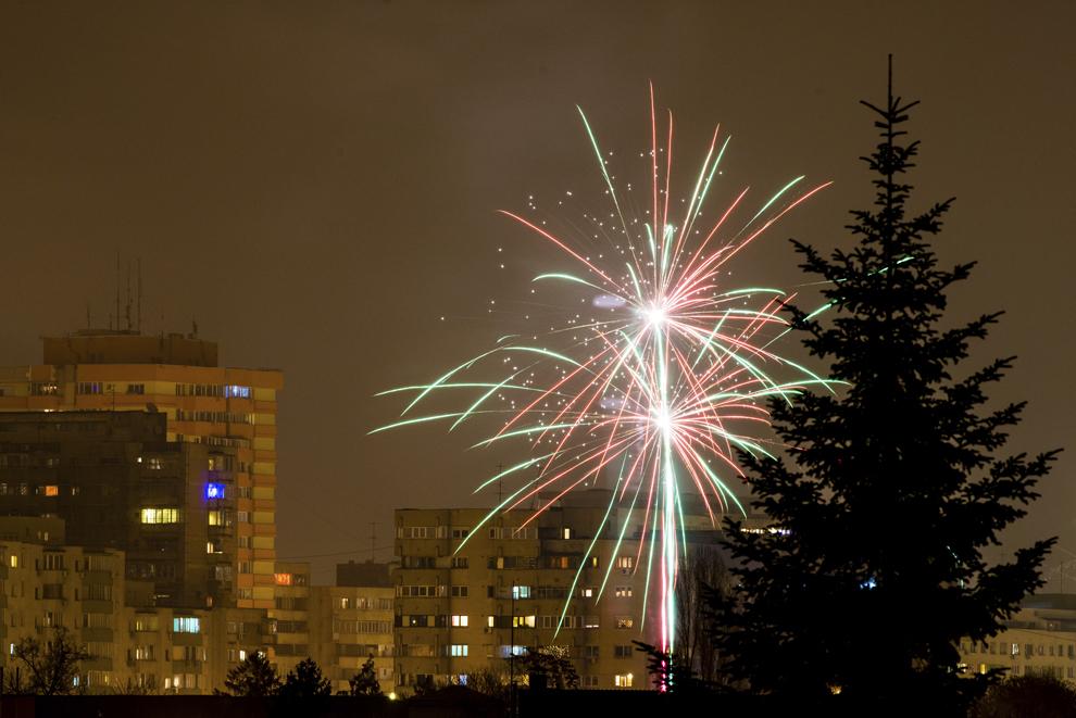 Focuri de artificii sunt aprinse cu ocazia Revelionului, în cartierul Vatra Luminoasa, în Bucureşti, miercuri, 1 ianuarie 2014.