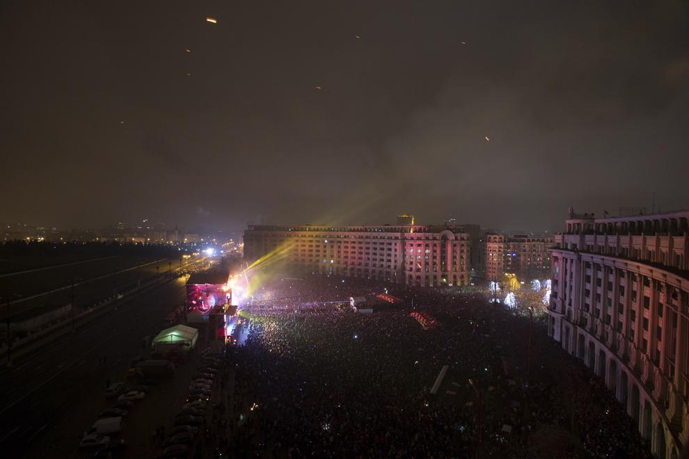 Focuri de artificii sunt aprinse, în timpul spectacolului de Revelion din Piaţa Constituţiei, în Bucureşti, miercuri, 1 ianuarie 2014.