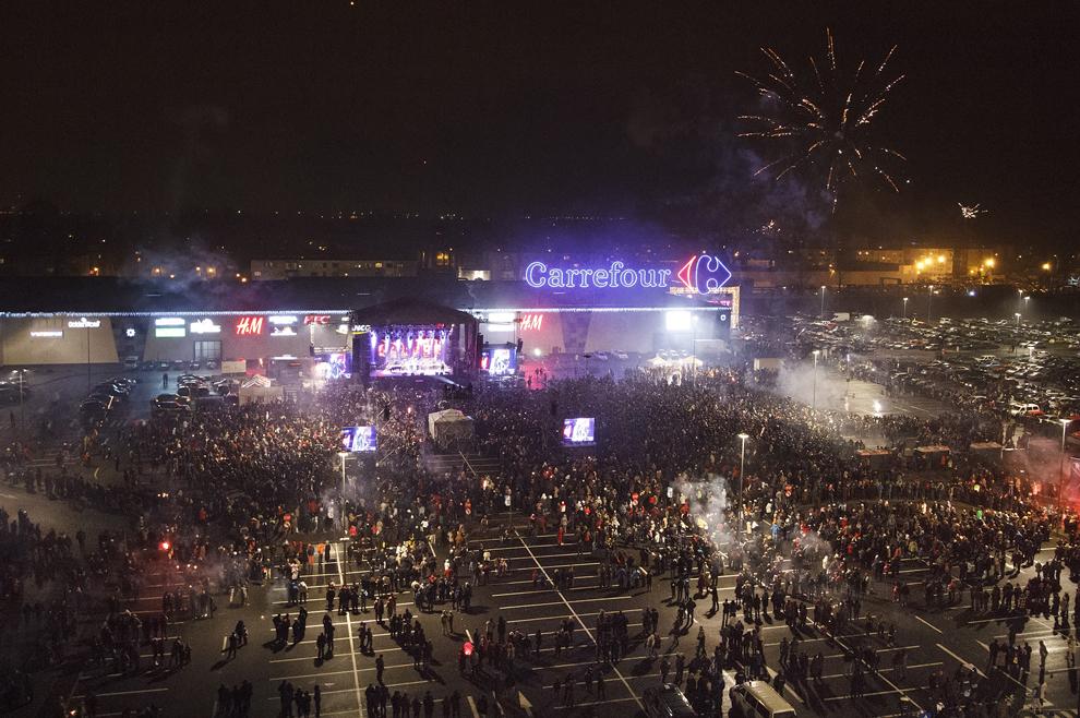 Persoane urmăresc spectacolele susţinute de Michael Bolton şi Smokie, cu ocazia Revelionului, în Galaţi, miercuri, 1 ianuarie 2014.