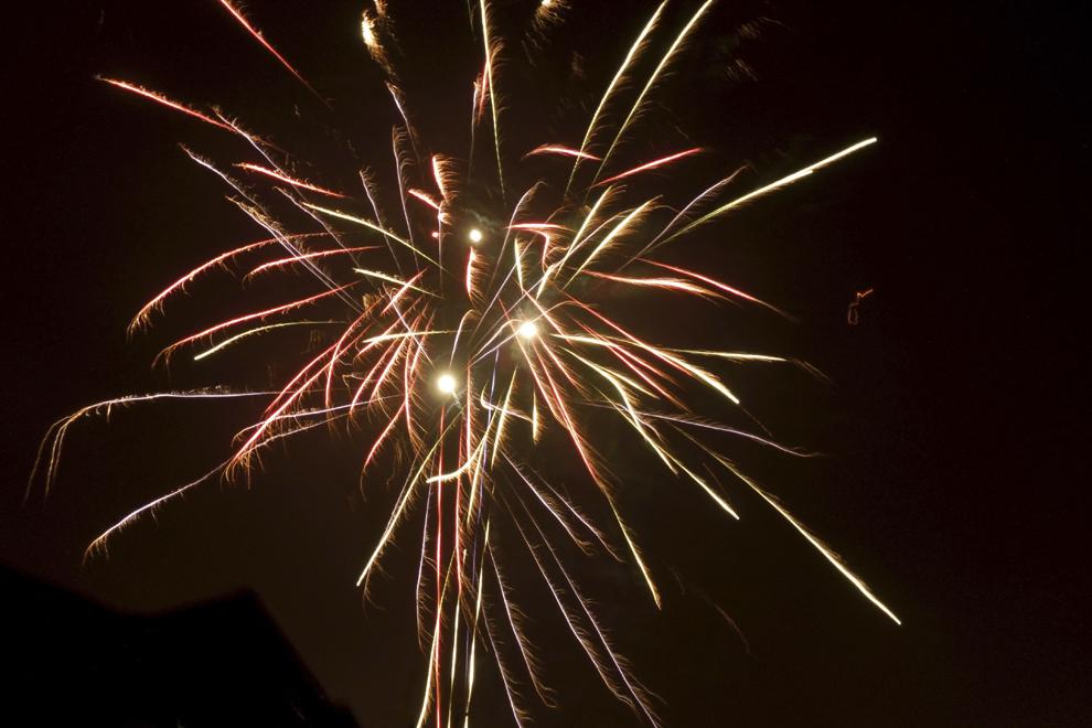 Focuri de artificii sunt aprinse, cu ocazia Revelionului, în Bucureşti, miercuri, 1 ianuarie 2014.