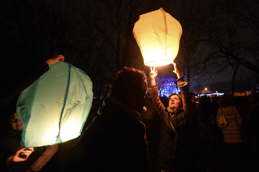Persoane lansează lampioane, în parcul Alexandru Ioan Cuza din Bucureşti, miercuri, 1 ianuarie 2014.