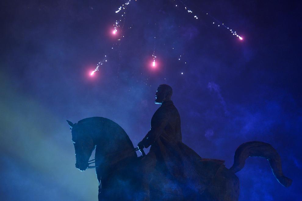 Statuia ecvestra a lui Carol I este luminată de artificii în Piaţa Revoluţiei din Bucureşti, miercuri, 1 ianuarie 2014.