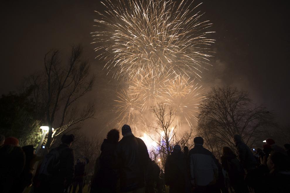 Persoane aprind artificii, în parcul Alexandru Ioan Cuza din Bucureşti, miercuri, 1 ianuarie 2014.