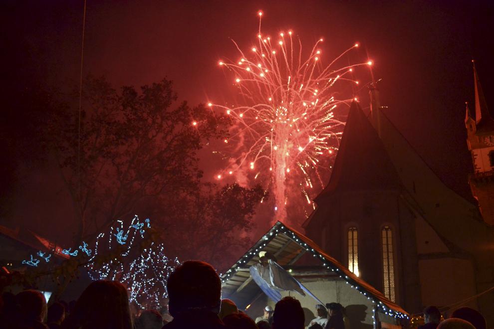 Foc de artificii, cu ocazia spectacolului organizat în centrul istoric al Bistriţei, miercuri, 1 ianuarie 2014.