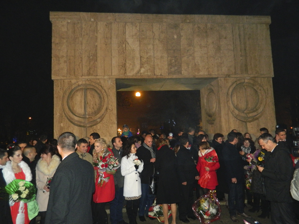 Un număr de 16 cupluri de tineri se căsătoresc, în noaptea de Revelion, la Poarta Sărutului, într-o ceremonie oficiată de primarul municipiului Târgu Jiu, Florin Cârciumaru, miercuri, 1 ianuarie 2014.