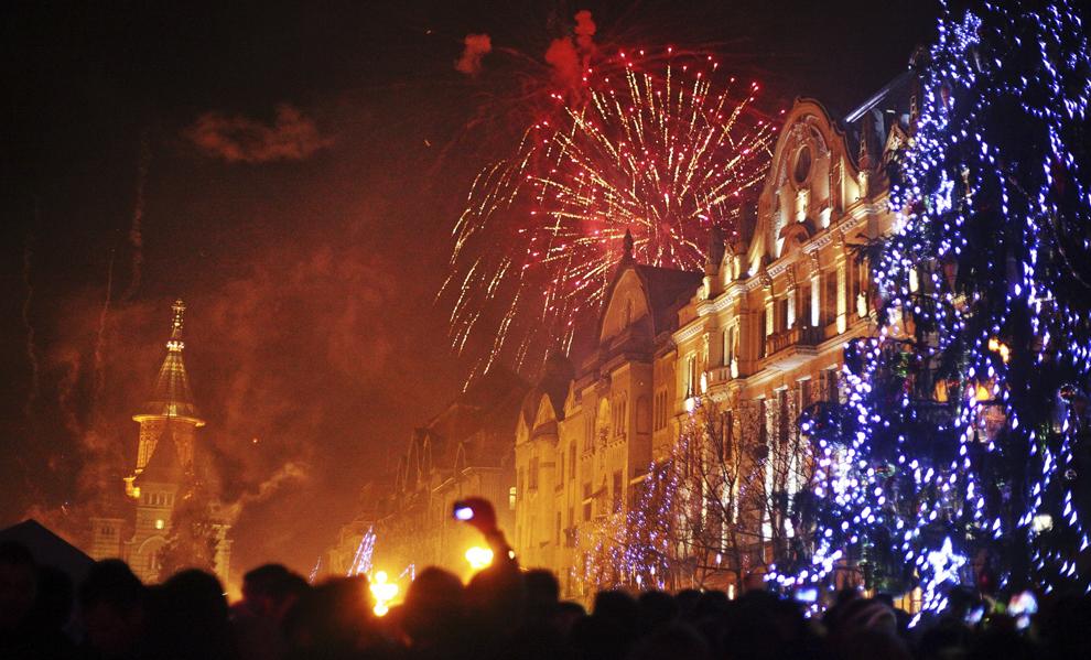 Foc de artificii, cu ocazia spectacolului de Revelion, organizat în Piaţa Operei din Timişoara, miercuri, 1 ianuarie 2014.
