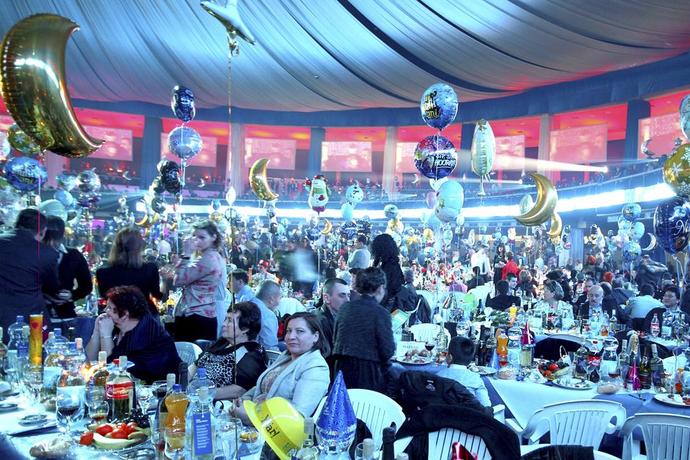 Persoane participă la Revelionul organizat de primarul Marian Vanghelie la Romexpo, în Bucureşti, miercuri, 1 ianuarie 2014.