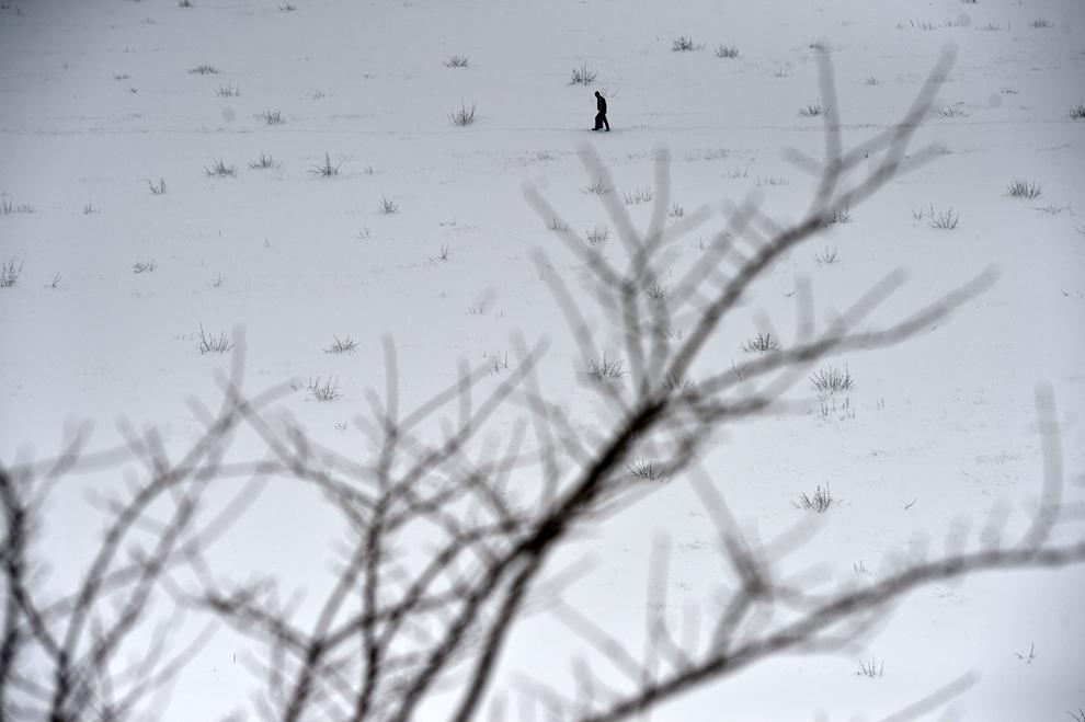 Un bărbat merge pe un câmp din comuna Vadu Paşii, marţi, 28 ianuarie 2014.