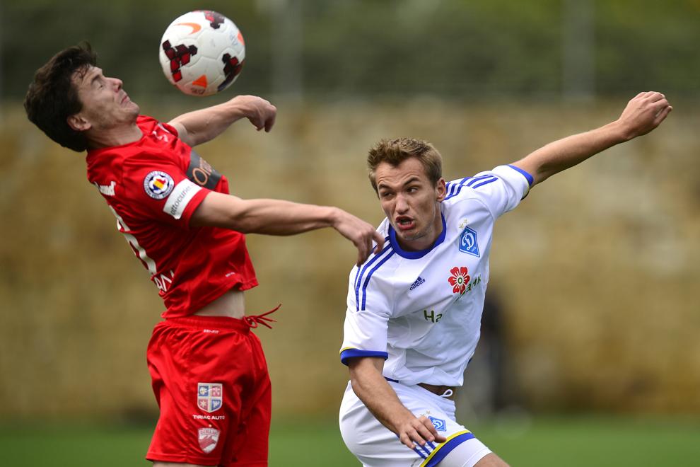 Laurenţiu Rus (S), de la Dinamo Bucureşti, preia un balon în meciul amical cu Dinamo Kiev, din cadrul cantonamentului din Spania, sâmbătă, 1 februarie 2014.