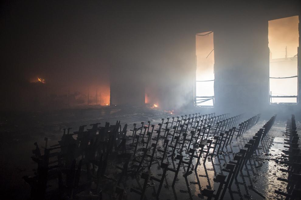 O sală din interiorul clădirii Camerelor de Comerţ din Kiev, plină de fum după ce a servit ca sediu pentru forţele anti-guvernamentale, în Kiev, miercuri, 19 februarie 2014.