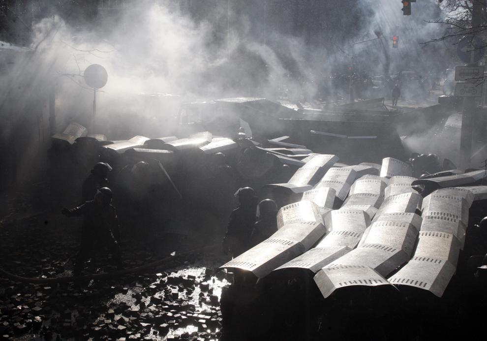 Forţe de ordine ucrainene se ciocnesc cu protestatari anti-guvernamentali în Kiev, marţi, 18 februarie 2013.