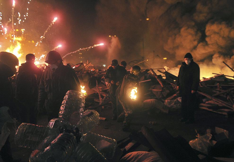 Protestatari anti-guvernamentali pot fi văzuţi în piaţa Independenţei din Kiev, în timpul asaltului dat de forţele de ordine pentru eliberarea centrului oraşului Kiev de protestatari, marţi, 18 februarie 2014.