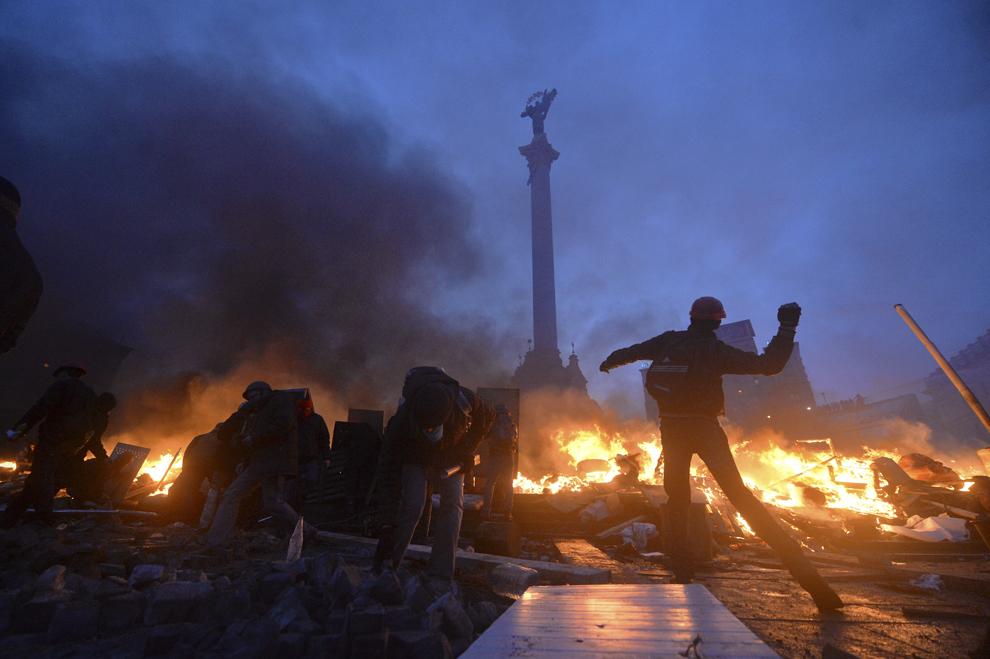 Forţe de ordine se luptă cu protestatari anti-guvernamentali în piaţa Independenţei din Kiev, în dimineaţa zilei de miercuri, 19 februarie 2014.