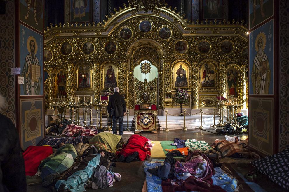 Protestatari anti-guvernamentali se odihnesc pe podeaua mânăstirii Mikhailovsky din Kiev, miercuri, 19 februarie 2014.