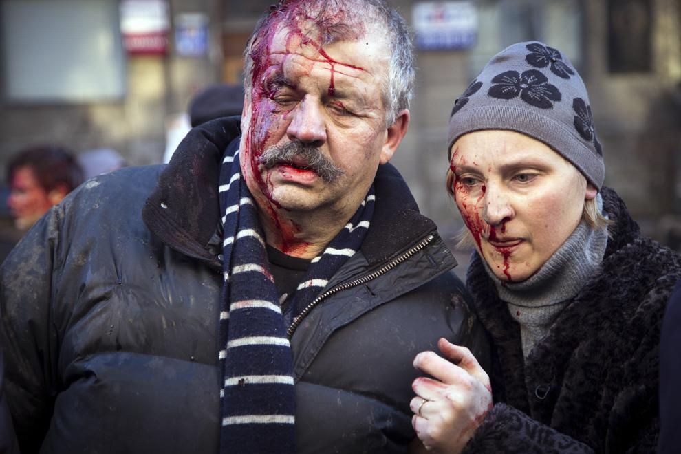 Protestatari anti-guvernamentali răniţi în urma confruntărilor cu forţele guvernamentale pot fi văzuţi în piaţa Independenţei din Kiev, în dimineaţa zilei de miercuri, 19 februarie 2014.