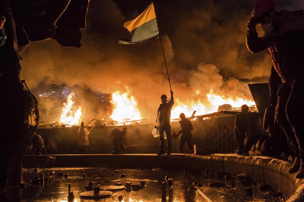 Protestatari anti-guvernamentali păzesc perimetrul pieţei Independenţei din Kiev, miercuri, 19 februarie 2014.