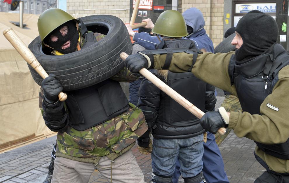 Bărbaţi ce fac parte din grupul de apărare a  tabarei protestatarilor anti-guvernamentali din centrul Kievului se antrenează, luni, 17 februarie 2014.
