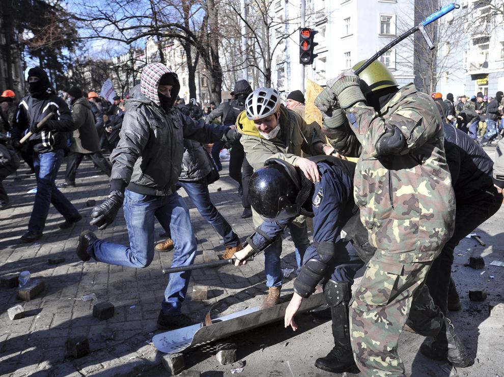 Protestatari anti-guvernamentali se luptă cu reprezentanţi ai forţelor de ordine în centrul Kievului, marţi, 18 februarie 2013.
