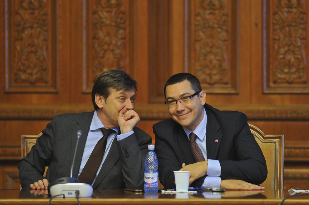 Victor Ponta (D) şi Crin Antonescu (S) participă alături de Sorin Oprescu (nu se afla în imagine) la o dezbatere privind măsurile luate de guvern în ceea ce priveşte subvenţia pentru încălzire a populaţiei, în Bucureşti, luni, 19 septembrie 2011.