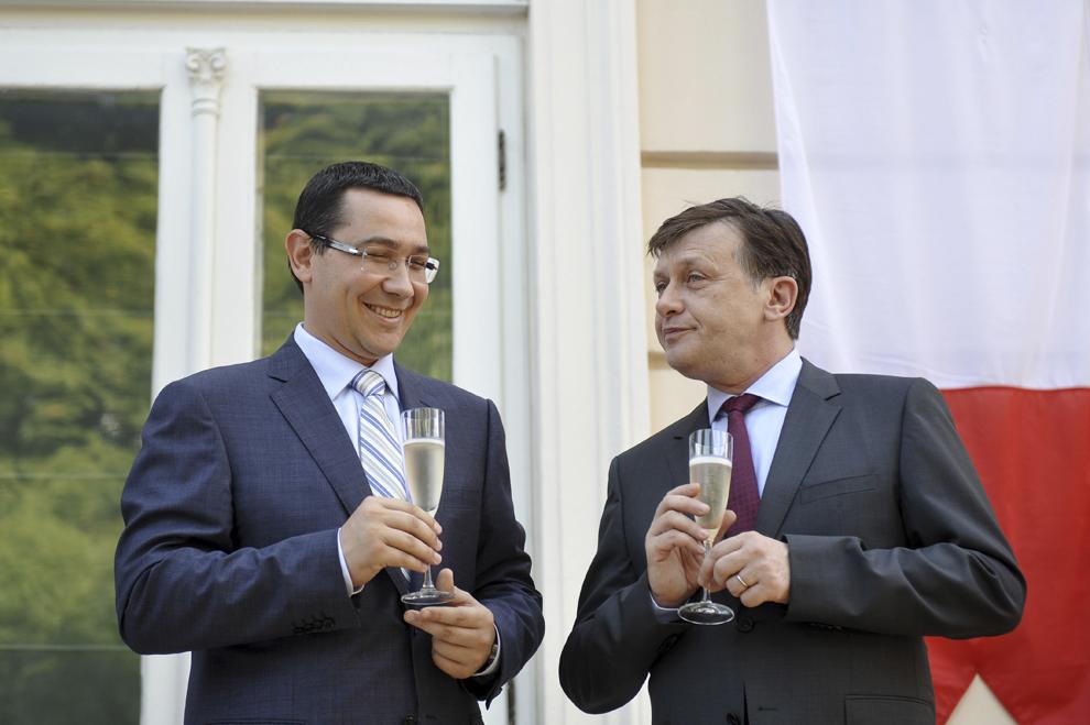 Premierul Victor Ponta (S) discută cu preşedintele interimar al României, Crin Antonescu (D), în timpul recepţiei preilejuite de Ziua Naţională a Franţei, în Bucureşti, sâmbătă, 14 iulie 2012.