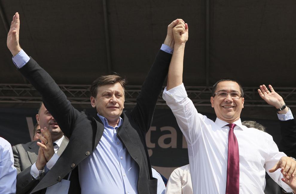 Preşedintele interimar al României, Crin Antonescu (S), şi premierul Victor Ponta (D) participă la un miting USL, în Piaţa Unirii din Iaşi, duminică, 22 iulie 2012.
